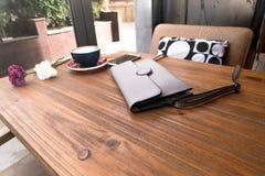 Сумка tote моды с горячим кофе mocha на деревянном столе Стоковая Фотография RF