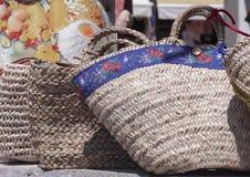 Сумки лета плетеные сделанные из соломы и ротанга на рынке стоковая фотография rf