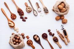 Сумки мешка пеньки и ложка различных бобов и различных видов Стоковые Фото