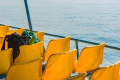 2 сумки на стульях стеклоткани пластмассы парома Стоковые Фото