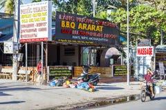 Сумки отброса на улице перед рестораном в Nam Tien, v стоковые фотографии rf