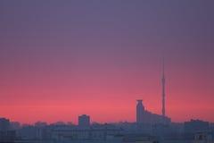 сумрак города над заходом солнца Стоковые Изображения