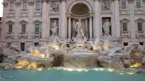 Сумрак готовя съемку туристов на фонтане trevi в Риме акции видеоматериалы