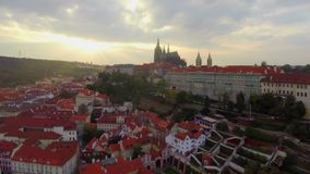 Сумрак замка Праги воздушный, президент Резиденция, старые красные крыши акции видеоматериалы