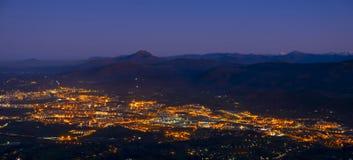 Сумрак и света в городе Irun стоковое изображение