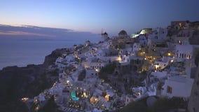 Сумрак на деревне Oia на Santorini, Греции акции видеоматериалы