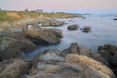 Сумрак над пляжем положения полости фасоли, Pescadero, Калифорнией, США стоковые фотографии rf