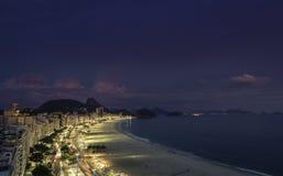 Сумрак на пляже Copacabana в Рио-де-Жанейро Стоковые Фото
