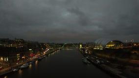 Сумрак принятый от моста Tyne сток-видео