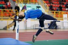 СУМЫ, УКРАИНА - 17-ОЕ ФЕВРАЛЯ 2017: Daria Siryk скача над баром в конкуренции высокого прыжка квалификации украинца Стоковое Изображение RF