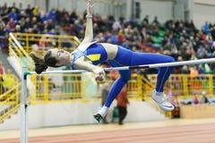 СУМЫ, УКРАИНА - 18-ОЕ ФЕВРАЛЯ 2017: Yuliya Chumachenko скача над баром в окончательной конкуренции высокого прыжка украинца Стоковое фото RF