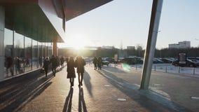СУМЫ, УКРАИНА - 19-ОЕ ЯНВАРЯ 2019: Толпа людей идя около торгового центра Выходной, солнечная погода, зима сток-видео