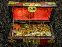 Сундук с сокровищами заполненный с монетками и ювелирными изделиями Стоковая Фотография RF