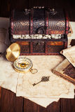 Сундук с сокровищами, компас и старая карта Стоковая Фотография