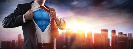 Супергерой бизнесмена с заходом солнца стоковая фотография rf