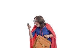 Супергерой женщины с красной накидкой кричащей на телефоне, белом Стоковое Фото