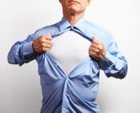 супергерой Зрелый бизнесмен срывая его рубашку над белым b Стоковые Изображения RF