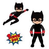 Супергерой мальчика в полете и в положении стоя Стоковые Фото
