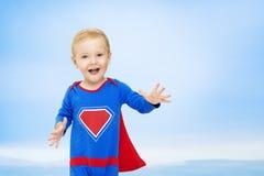 Супергерой младенца, человек в голубом костюме супергероя, супермен ребенк Стоковое Изображение RF