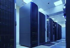 Суперкомпьютер связывает в комнате современного центра данных стоковое изображение rf