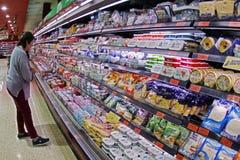 Супермаркет вполне людей делая покупки рождества Стоковые Изображения RF