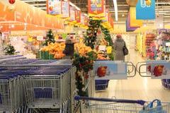 Супермаркет в украшениях рождества Стоковая Фотография