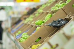 супермаркет зеленого цвета коробки яблок Стоковая Фотография RF