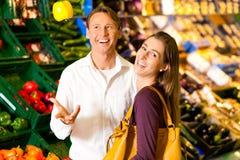 супермаркет покупкы людей бакалей Стоковое фото RF