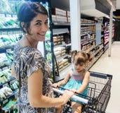 супермаркет покупкы мати дочи Стоковое Фото
