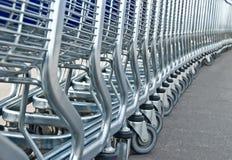 супермаркет рядка тележек светлый Стоковые Изображения RF