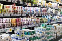 Супермаркет с полками еды и напитков Merkur в Австрии Стоковое Изображение
