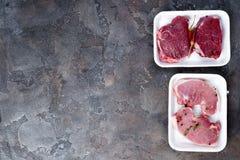 Супермаркет упаковал стейки мяса овечки бифштекса в подносе стиропора упаковывая стоковая фотография rf