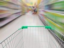 Супермаркет shelves предпосылка запачканная междурядьем Стоковые Фотографии RF