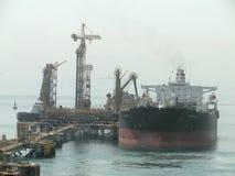 Супертанкер VLCC совместил, нагрузки масла в оффшорной нефтяной платформе Стоковые Изображения RF