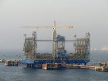 Супертанкер VLCC совместил, нагрузки масла в оффшорной нефтяной платформе Стоковое фото RF
