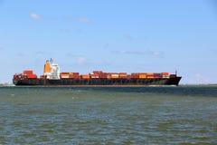 Супер грузовой корабль идя вне слишком море стоковое изображение rf