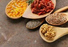 Супер еда - ягоды goji, семена chia, семена льна, грецкие орехи и omega-3 Стоковые Фото