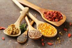 Супер еда - ягоды goji, семена chia, семена льна, грецкие орехи и omega-3 Стоковое фото RF