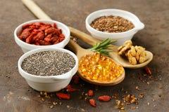 Супер еда - ягоды goji, семена chia, семена льна, грецкие орехи и omega-3 Стоковое Изображение RF