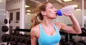 Супер женщина пригонки выпивая от бутылки с водой сток-видео