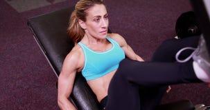 Супер женщина пригонки используя ногу утяжеляет машину акции видеоматериалы