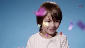 Супер замедленное движение милого мальчика удивленное шутихой и усмехаться, голубыми акции видеоматериалы
