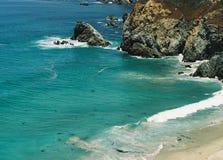 Супер изрезанная скалистая большая береговая линия океана голубого зеленого цвета Sur Калифорнии Стоковая Фотография