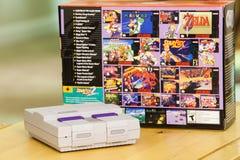 Супер консоль и коробка варианта Nintendo классические Стоковые Изображения RF