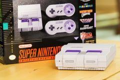 Супер консоль и коробка варианта Nintendo классические Стоковое фото RF