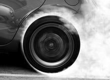 Супер колесо автомобиля перемещаясь и куря Стоковые Изображения RF