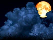 супер луна полной крови между голубой травой силуэта облака кучи стоковые фотографии rf