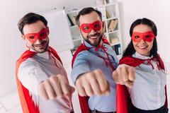 супер предприниматели в масках и накидки показывая кулаки стоковая фотография rf
