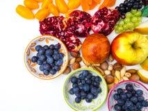 Супер противостарители Superfood смешивание свежих фруктов и ягод, богатое с resveratrol, витаминами, сырцовыми пищевыми ингредие стоковое фото