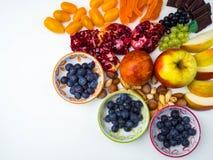 Супер противостарители Superfood смешивание свежих фруктов и ягод, богатое с resveratrol, витаминами, сырцовыми пищевыми ингредие стоковое изображение rf